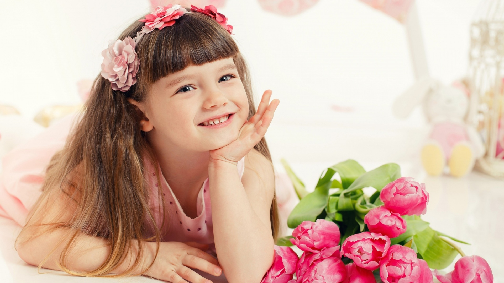 http://uupload.ir/files/0er4_beautiful_little_girl_with_flowers_and_toys-1920x1080.jpg