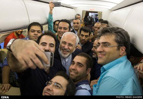 عکس سلفی ظریف و خبرنگاران در هواپیما