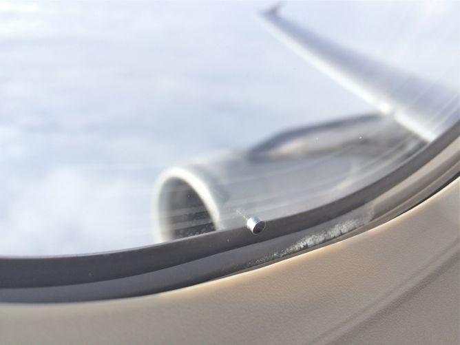 [تصویر:  3696_hole_airplane_window.jpg]