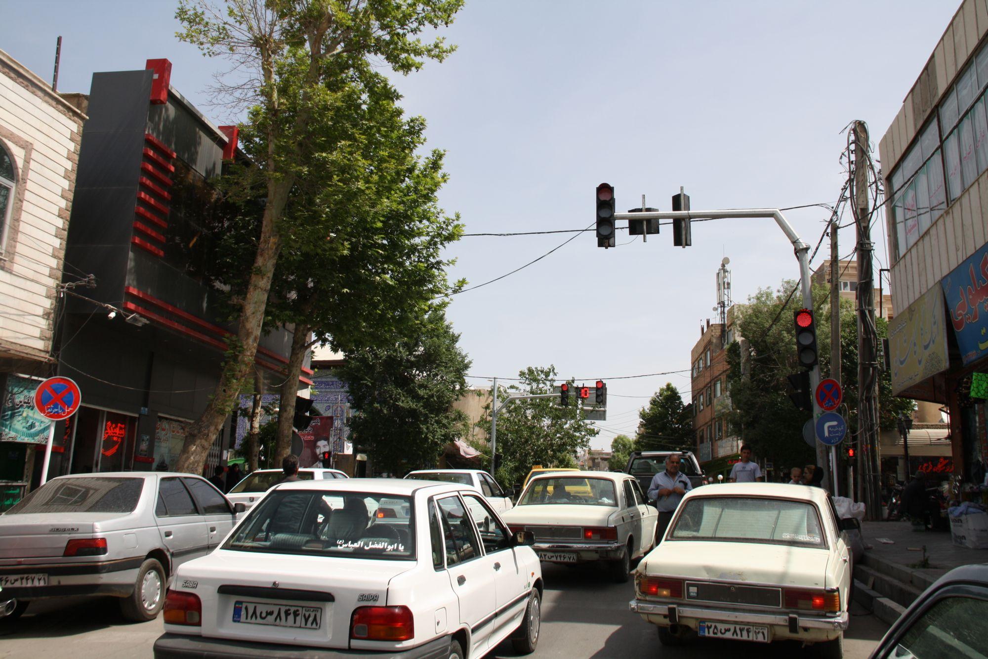 چراغ راهنمایی و رانندگی در چهارراه اسفندآباد نصب شد+تصاویر