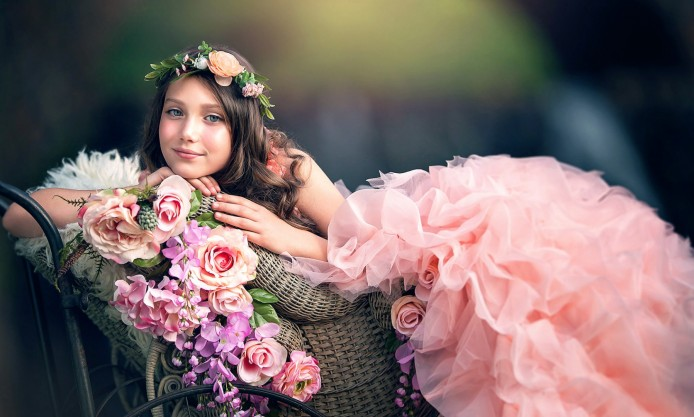 http://uupload.ir/files/7bz8_beautiful-girl-in-pink-dress-lying-on-carriage-adorned-with-flowers-694x417.jpg