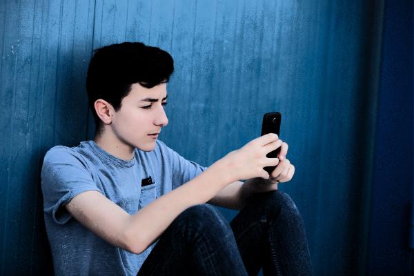 گوشی های هوشمند؛ عامل اصلی تنهایی و افسردگی نوجوانان