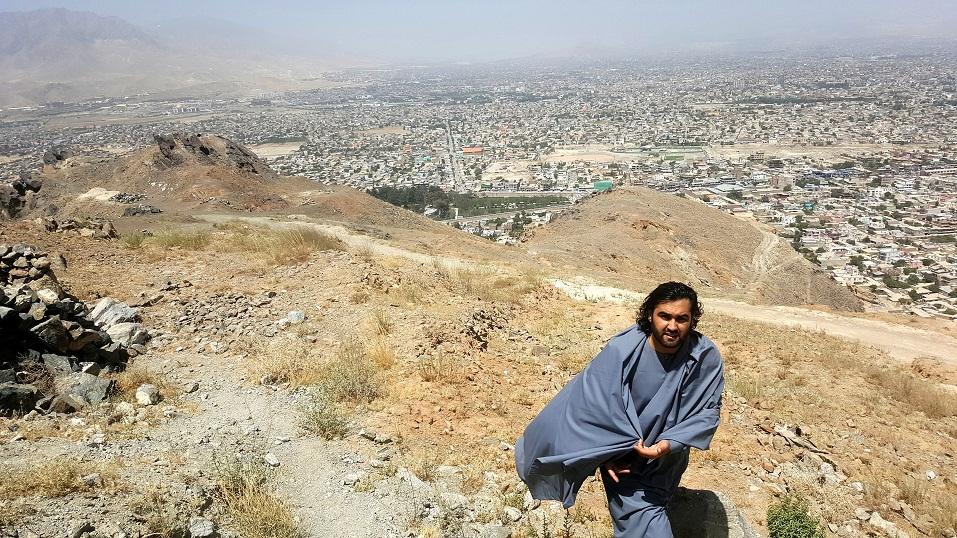 تصویر احمد محمود امپراطور با پس زمینه شهر زیبا کابل از کوه چهلستون