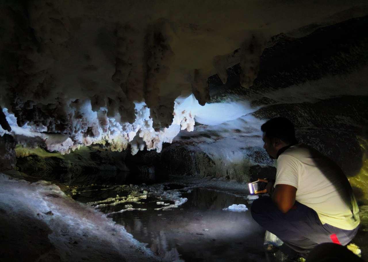 غار نمک فیروزه ای Colorful salt cave