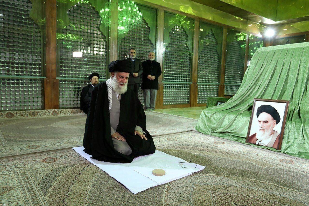 امام خامنهای در مرقد امام راحل(ره) و گلزار شهدا حضور یافتند