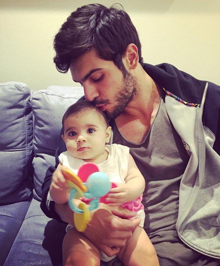 عکس های تولگا مندی Tolga mendi در کنار فرزندش