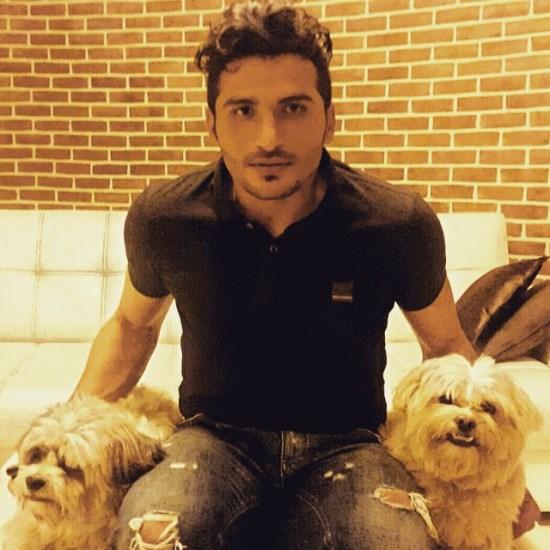 بازیکن سابق پرسپولیس با دو سگ در شب تولدش ، جواد کاظمیان