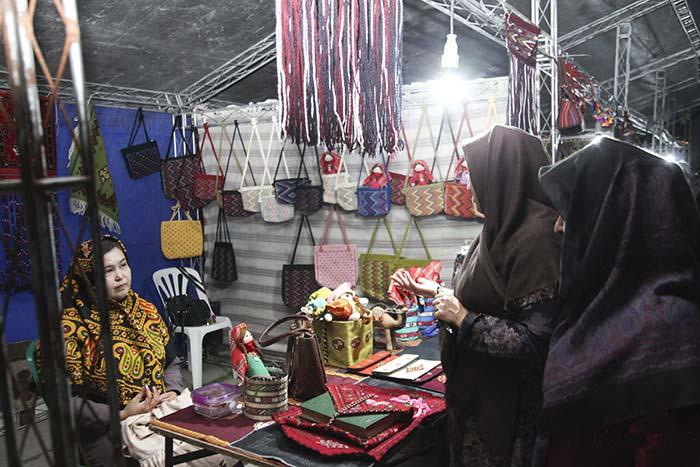 بازارچه های موقت صنایعدستی زینت بخش جشنواره تابستانی هیرکان در سطح استان بود
