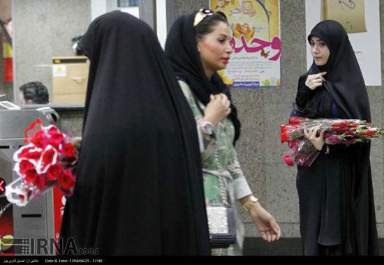 اهدای گل به زنان در عفاف و حجاب