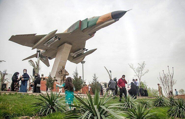 ماکت جنگنده F4 و یادمان ۱۷ شهید خلبان کرمانشاه نصب شد