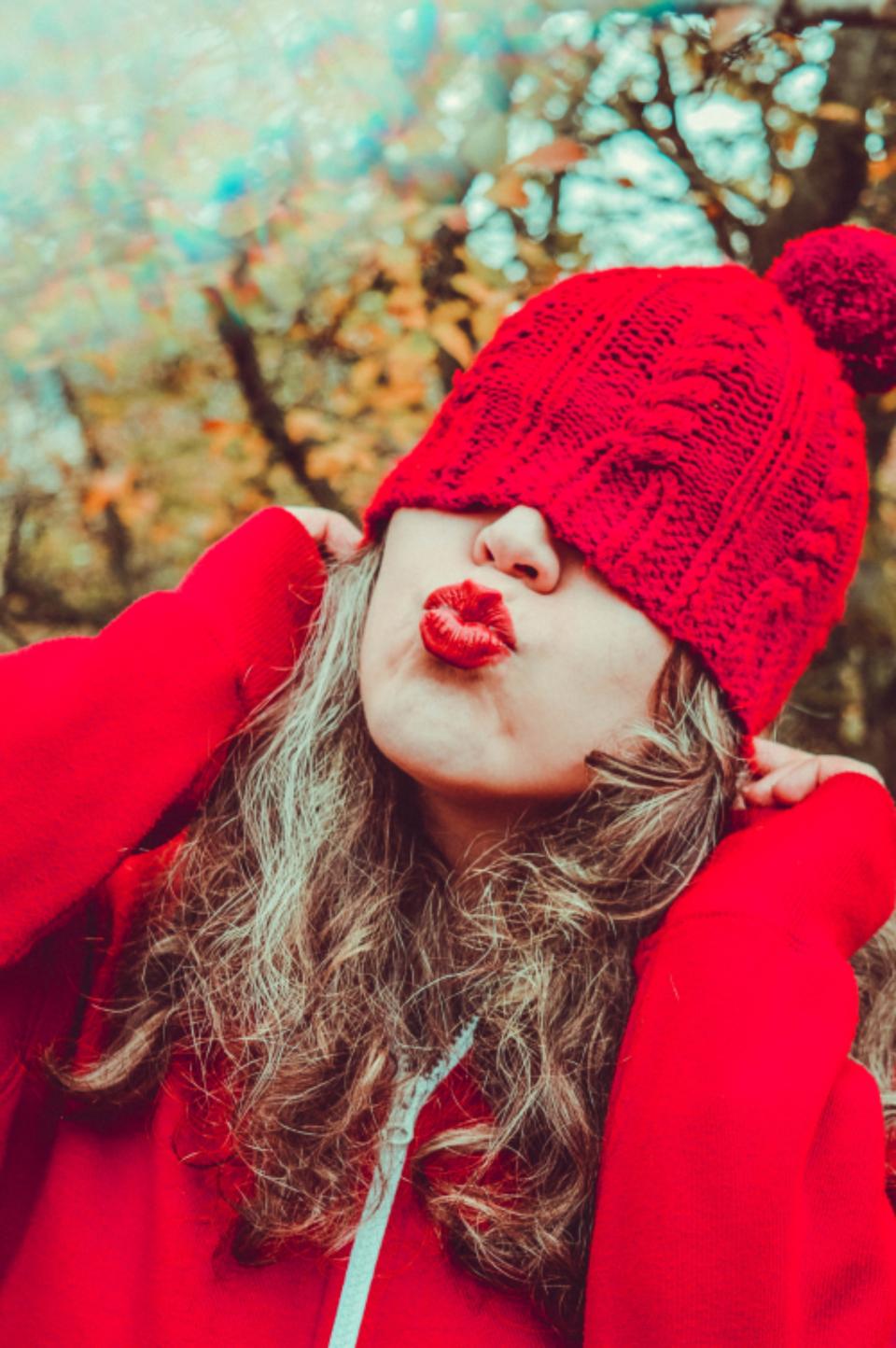 عکس زنانه لب قرمز با کلاه قرمز روی سر جدید