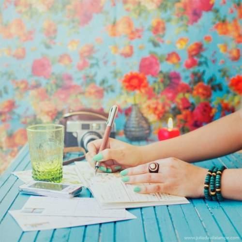 عکس دختر تنها در حال نوشتن