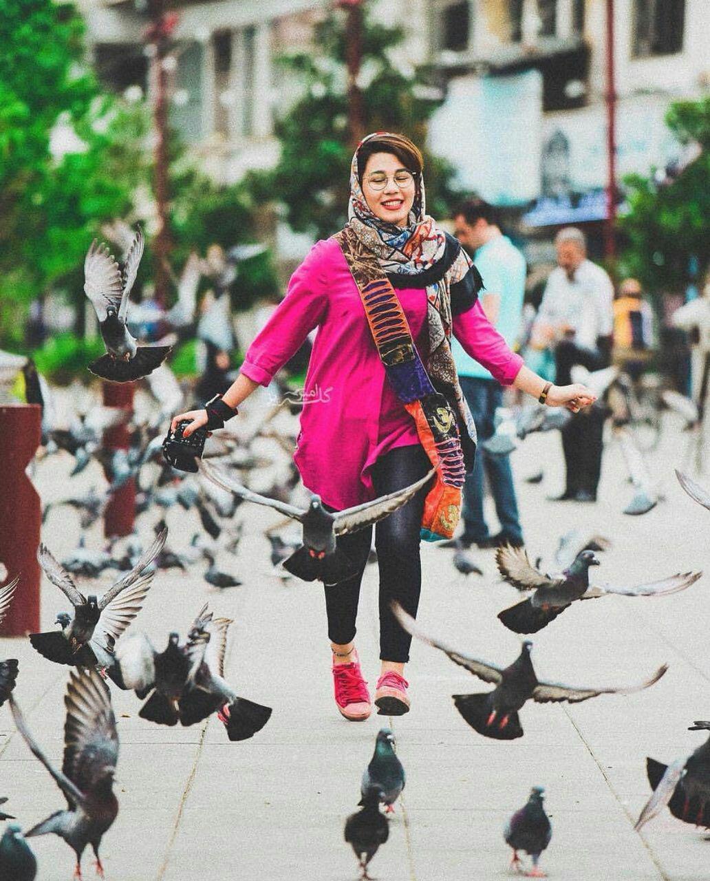 عکس دختر در میان پرندگان