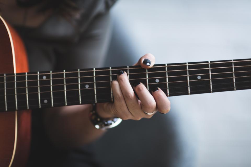 عکس پروفایل دختر بدون چهره در حال گیتار زدن