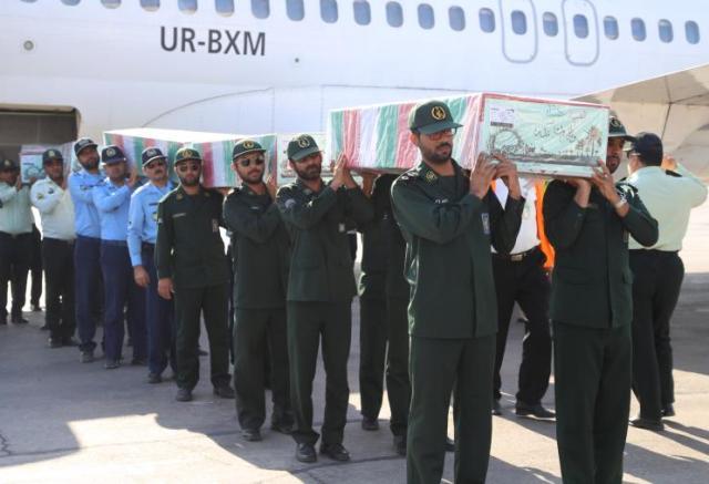 هواپیمای حامل ۲۰ شهید گمنام در بندرعباس به زمین نشست