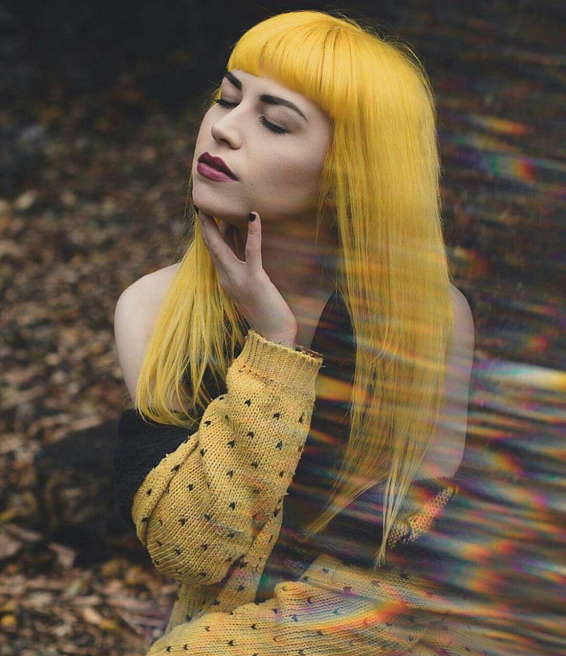 عکس زن زیبا با موهای زرد