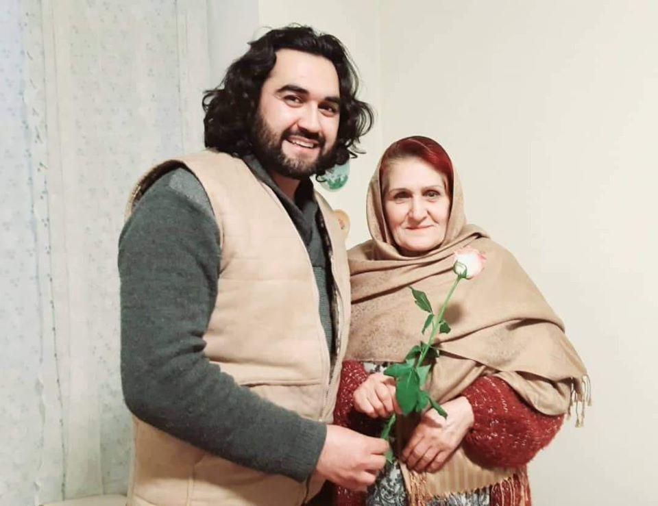 امروز روز تولد زندگی، روز عشق واقعی،  روزِ محبت پایدار و شکست ناپذیر،  روزِ معنی هستی، یعنی روز مادر است  خواستم این روز پر میمنت را  از این دریچه به کلیه مادران جهان  به ویژه به مادران رنجدیده و ستم کشیده میهنم  از تهی دل تبریک و تهنیت گویم.  به امید آنهم که روزی فرا رسد تا اشک  مادران فقط اشک شادمانی باشد.  و قلب روف شان در آتش سوگ فرزند نابود نگردد.  با مهر و دست بوسی   مــــادر بقـــایی هر دو جهان از بقای تو  هفــــت آسمان بوســه زند خاک پای تو  مــــادر ترانــــــه های لبت آیتِ وفاست  میـــرم بذکر و زمـزمه ای با صفای تو  از گـــردِ دامن تو بنــــا گشته این زمین  ای جنـــت مجـــازی شــوم من فدای تو  از این جهــــان که بیش نبـاشد مرا امید  مــــادر اجــــازه ده که شوم من فنای تو  در هــر نفس سپـاس خــدا و تو را کنم  باشد رضـــای خالـق کـُل در رضای تو  دانــــم که رنج میکشی از جمع ناسپاس  مـــادر الهـــــی زود بگیــــرد دعای تو  شـــکر خدا دعـــای پدر شد نصیب من  مـــادر بده دعــــا که من هستم گدای تو  قلب شکسته ام که پراز درد وماتم است  دارم یقیــــن خجستـــــه کنـد مومیای تو  محمــــود را دگــــر نبــوُدَ آرزو به دل  دارم امیـــــد نیـــک بگیـــــرم ثنای تو ------------------------------------------ #احمد_محمود_امپراطور