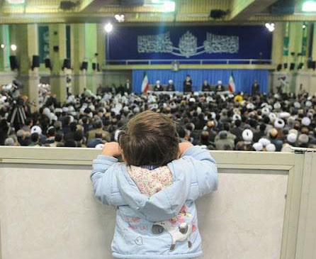 تلاش جالب یک کودک برای دیدن رهبر انقلاب