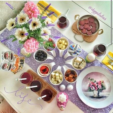 [تصویر: تزیین میز صبحانه و صبحانه ]