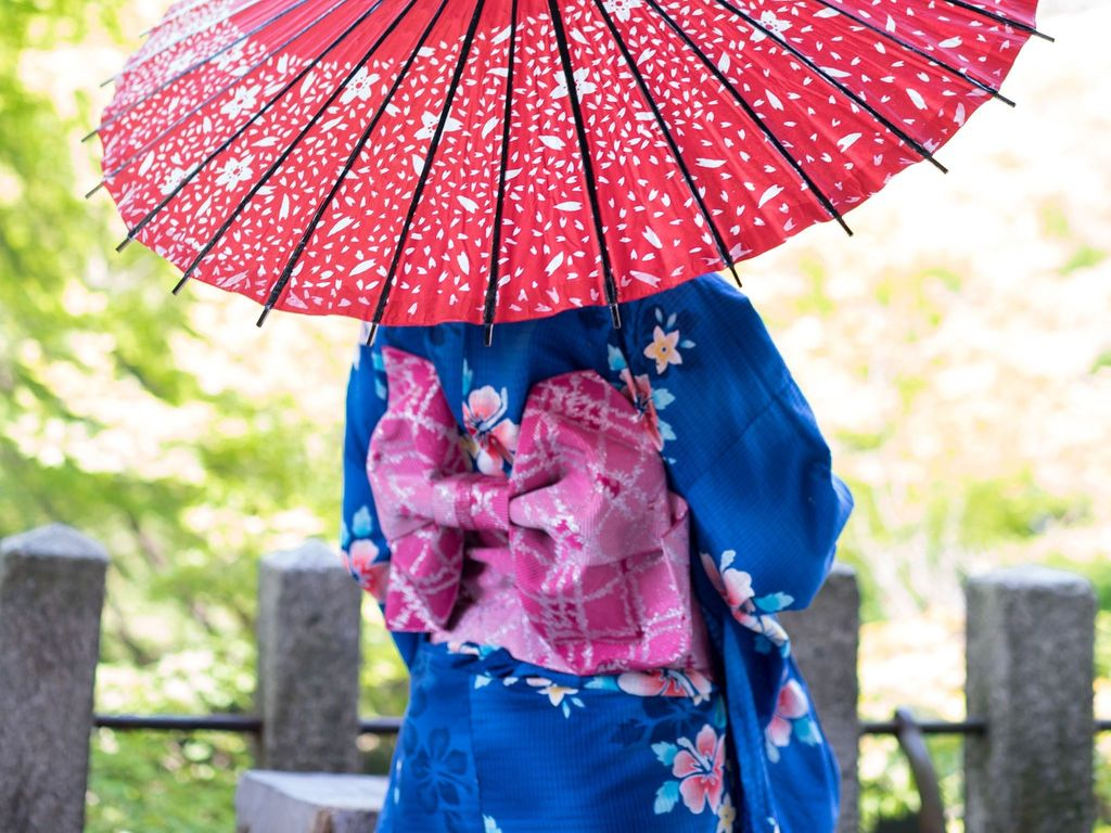 http://uupload.ir/files/ocm2_back-of-girl-in-kimono-and-umbrella-shijonawate.jpg