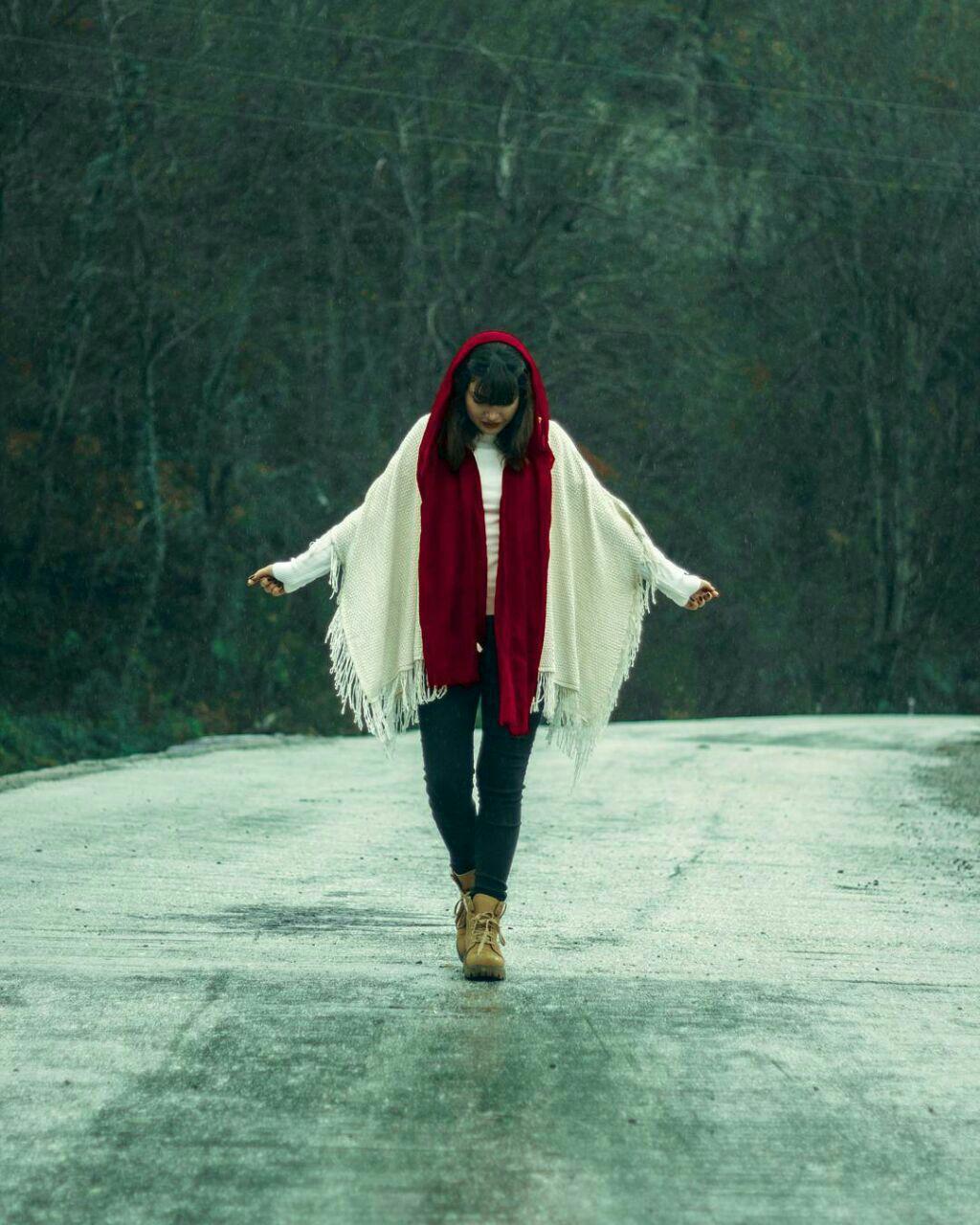 عکس دختر در جاده