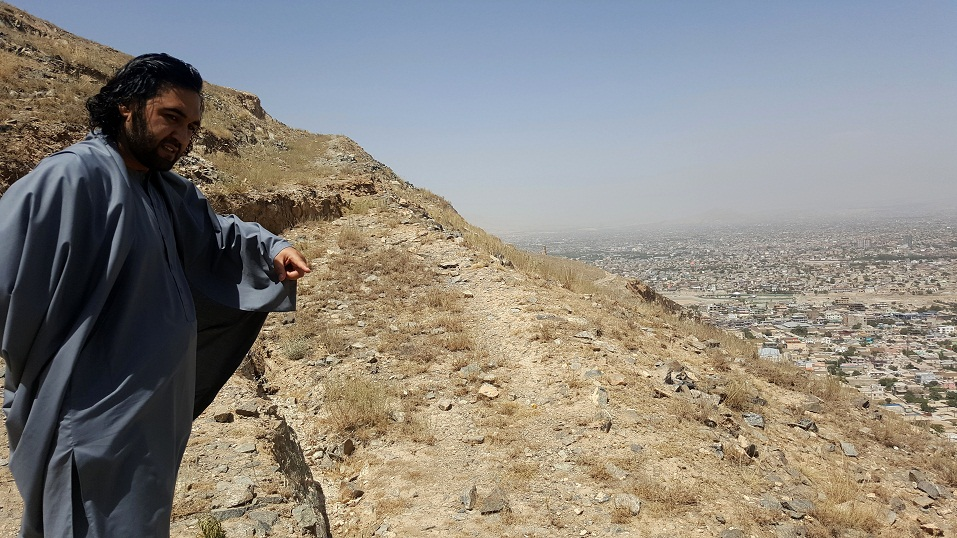 چیزیکه برای قابل نگرانی شد این بود که در قسمت کمر کوه درز یا، ترک  خیلی طولانی به وجود آمده بود که در اثر بارش برف و باران خطرات رانش زمین    را بیشتر میسازد و مردم نواحی چهلستون و قسمت های تخنیکم را آسیب خواهد رساند. تصویر از احمد محمود امپراطور