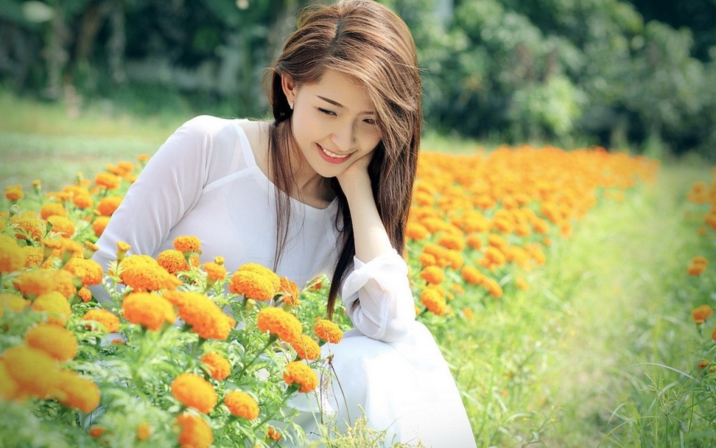 http://uupload.ir/files/ttv_beautiful-girls-in-flower-field-wide-wallpapers-1024x640.jpg