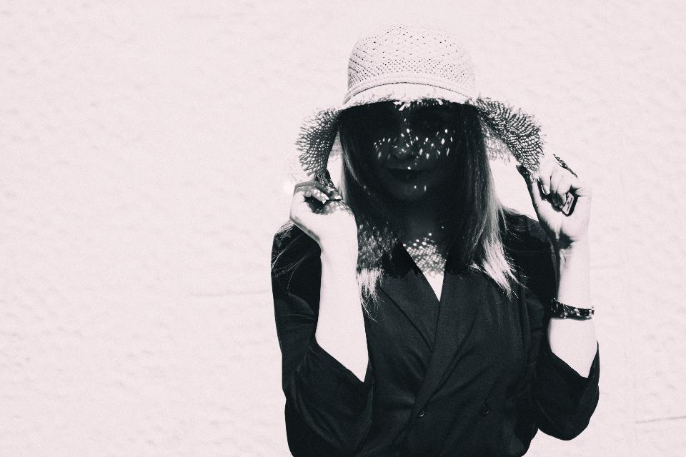 عکس سیاه و سفید هنری دخترانه با کلاه توری