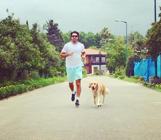 پیاده روی فرهاد مجیدی با سگش