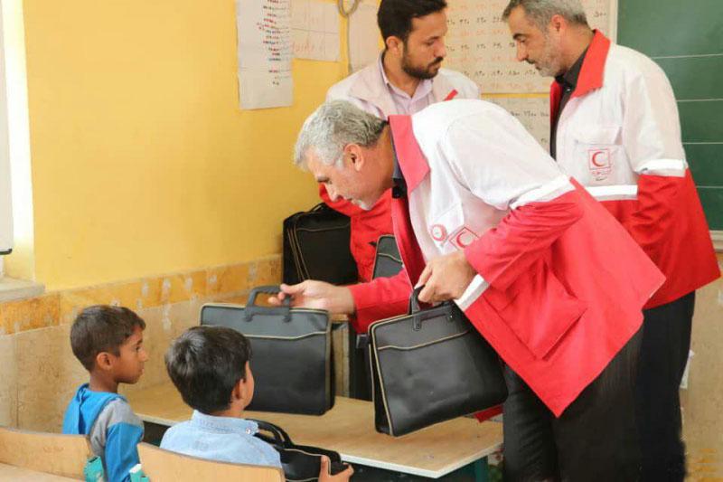 اهدای ۸۰۰۰ بسته لوازم التحریر به دانش آموزان مناطق محروم