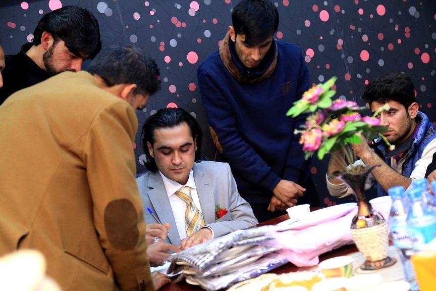احمد محمود پشت میز عقد نکاح در حال امضاء سند نکاح خط