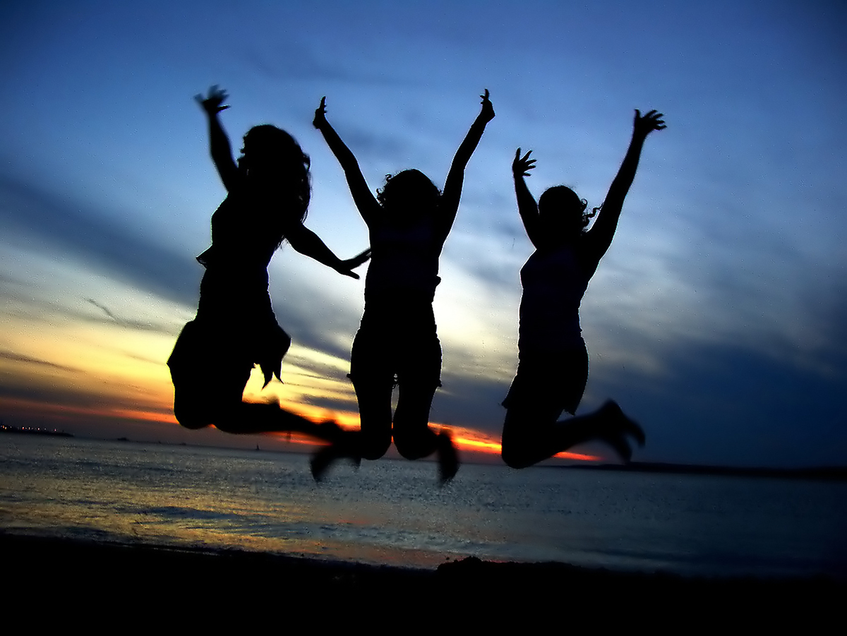 yn1n_girl-friends-jumping-on-the-beach.jpg
