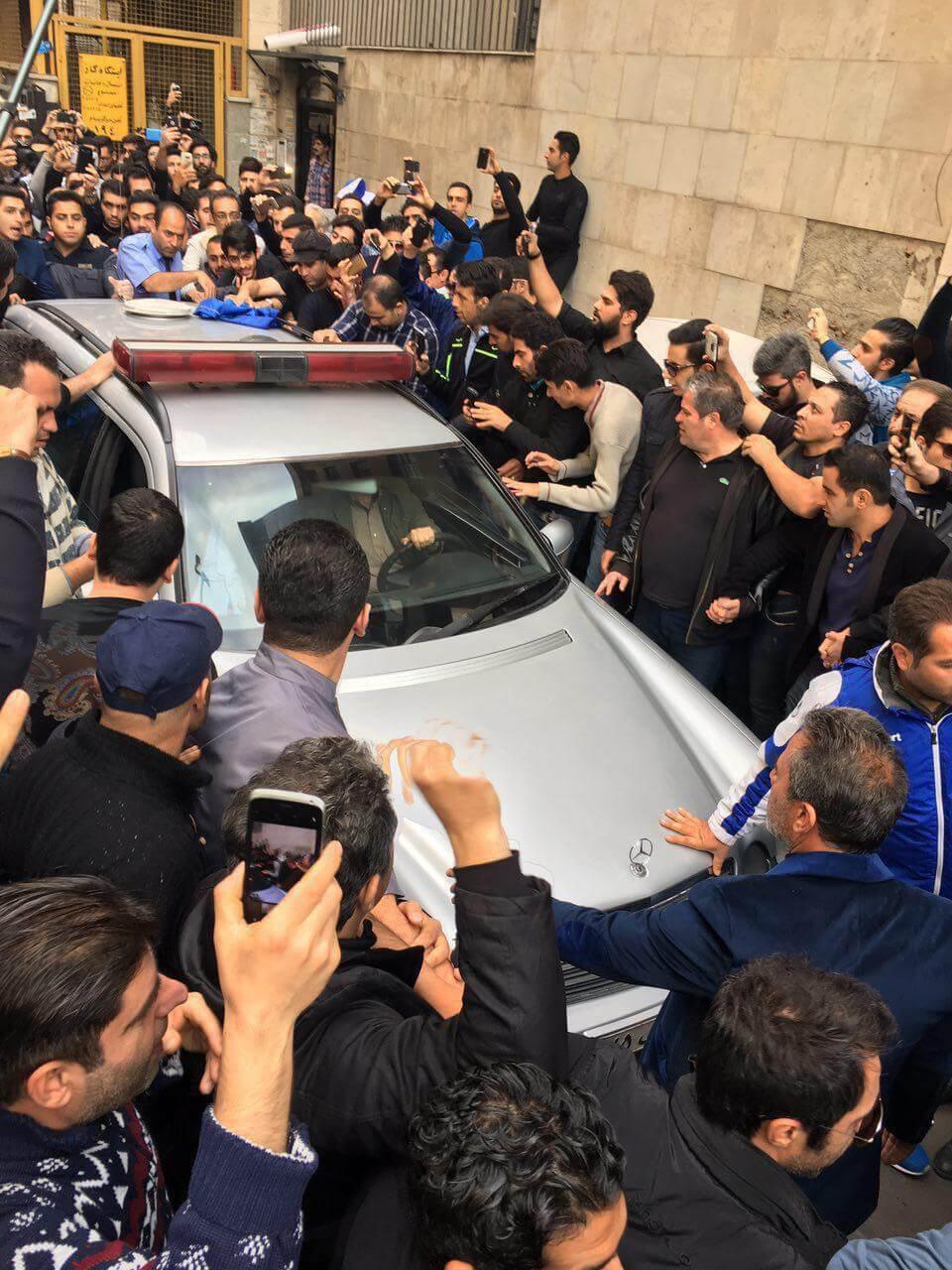 عکس و فیلم تجمع هواداران منصور پورحیدری و همسرش مقابل بیمارستان+زمان و مکان تشییع